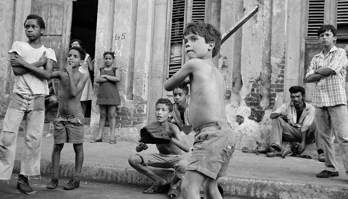 item 1 of Gallery image - Niños cubanos en La Habana, pasión por el béisbol