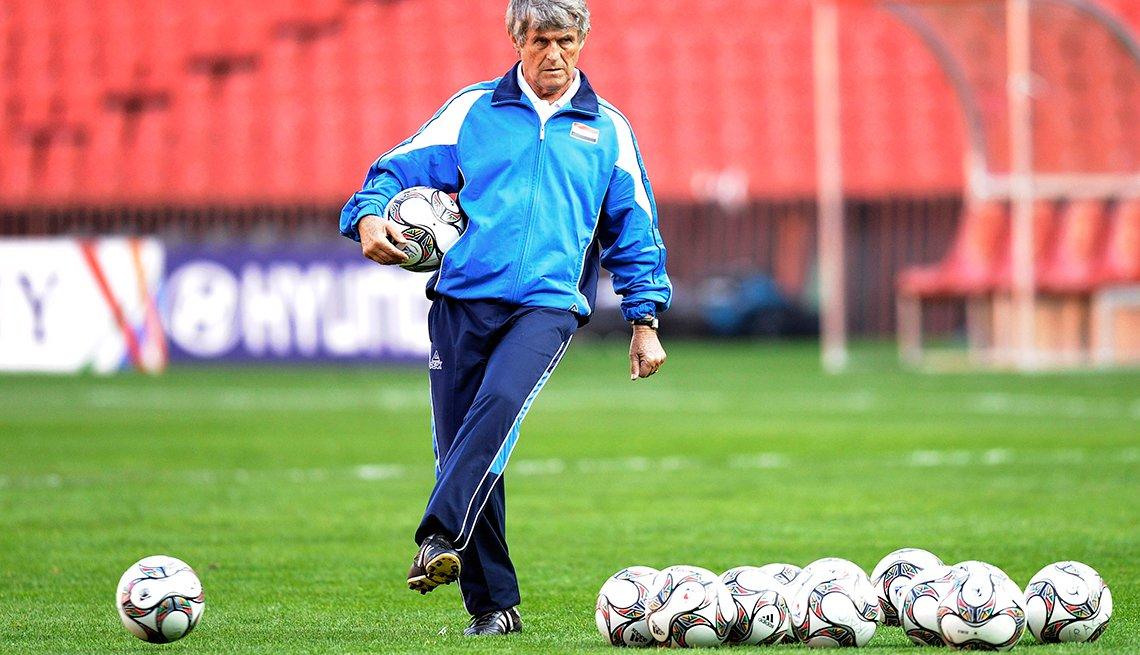 Bora Milutinovic pateando una pelota