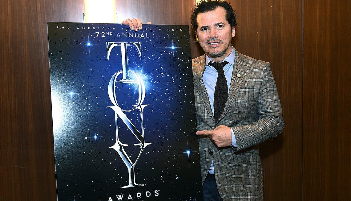 John Leguizamo con el afiche de los premios Tony, 2018
