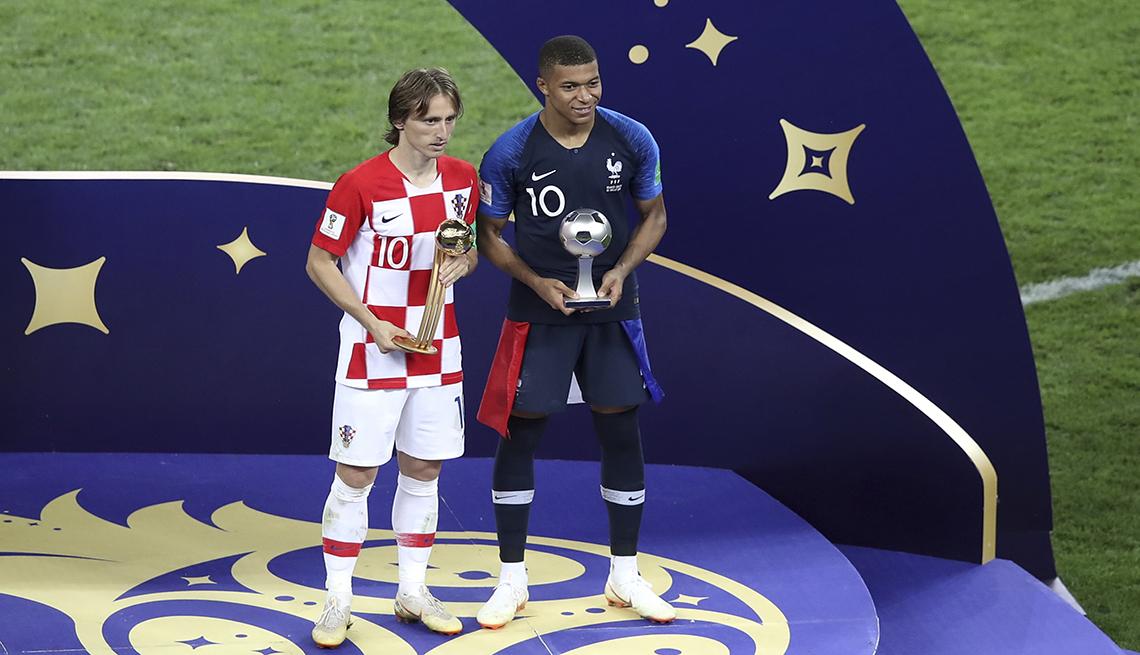 El croata Luka Modric y el francés Kylian Mbappé (derecha) posan con sus trofeos individuales que recibieron tras la final del Mundial en el estadio Luzhniki de Moscú, el domingo 15 de julio de 2018. (AP Foto/Thanassis Stavrakis)