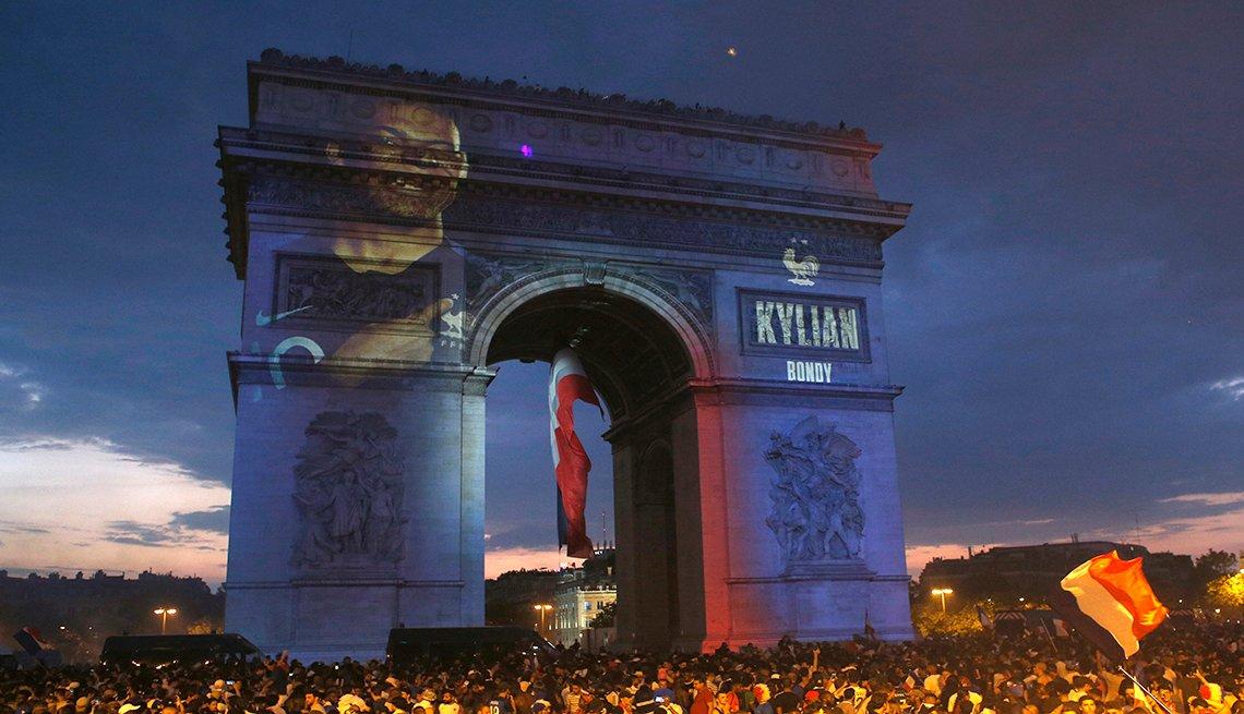 El Arco del Triunfo con la imagen de Kylian Mbappé