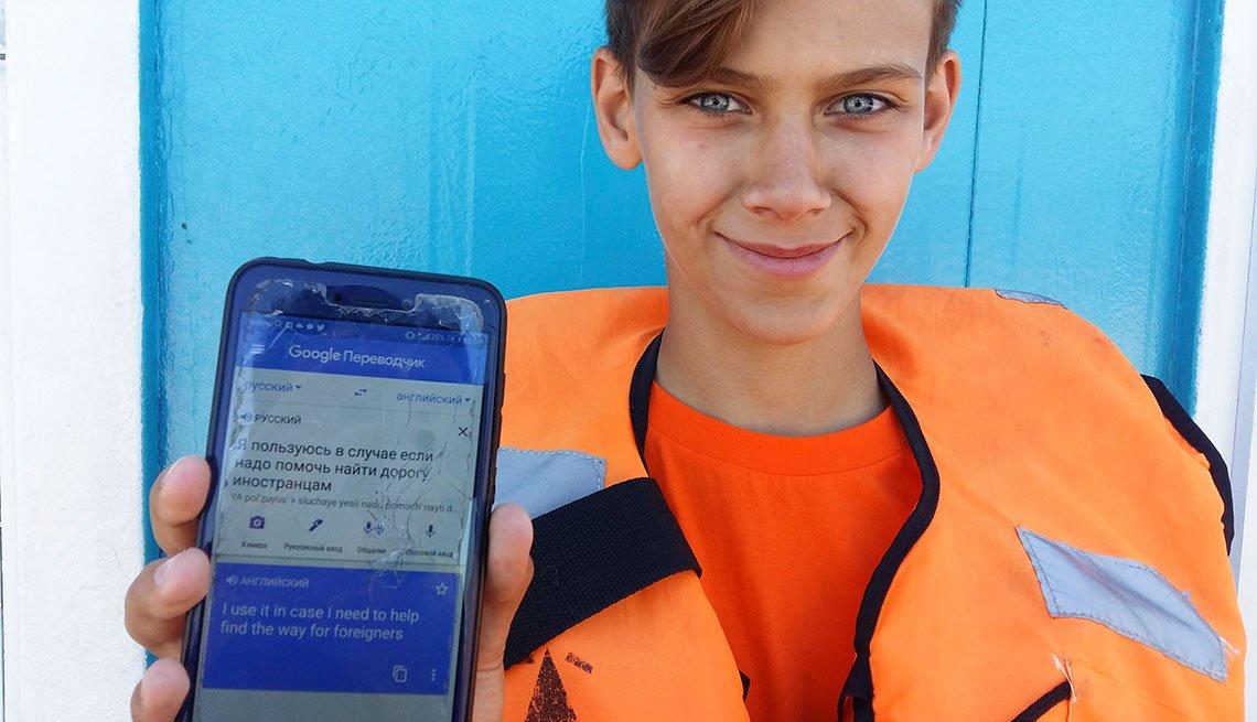 Marat Gurjan, un salvavidas de 15 años, posa con una foto con su teléfono
