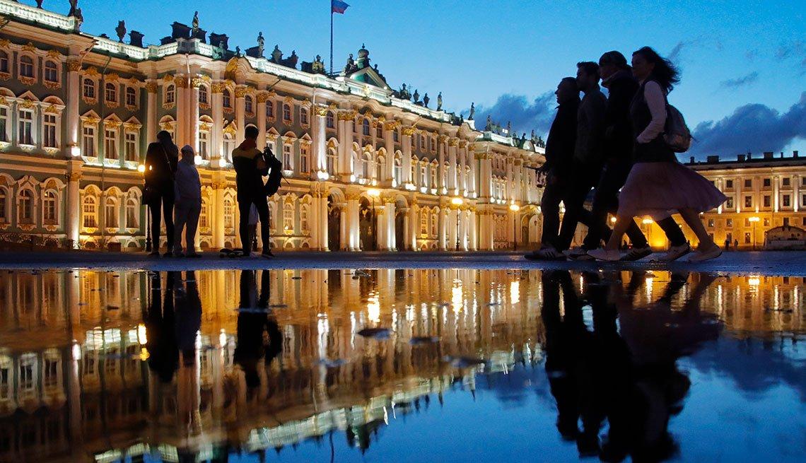 Plaza Dvortsovaya pasada la medianoche en San Petersburgo, Rusia