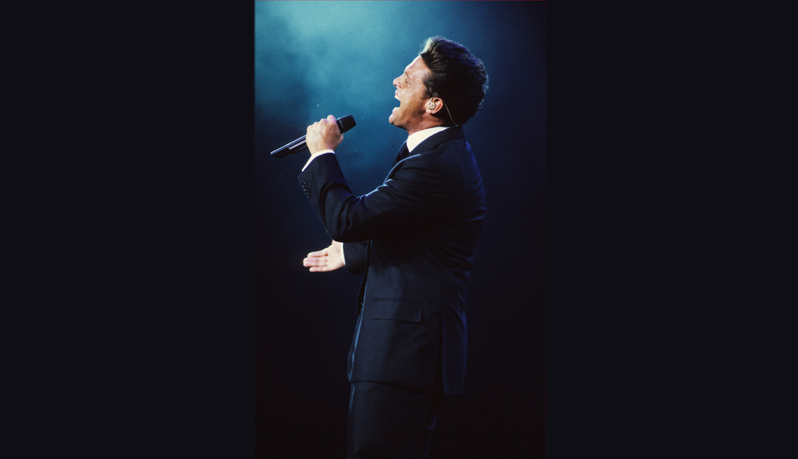 item 6 of Gallery image - Luis Miguel durante un concierto en Nueva York