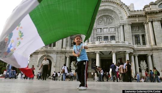 Niño con la bandera mexicana dias antes de la celebracion del Día de la Independencia en cuidad de México, México