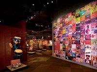 Cuarto en la exhibición de American Sabor, explorando los roles de los músicos latinos.