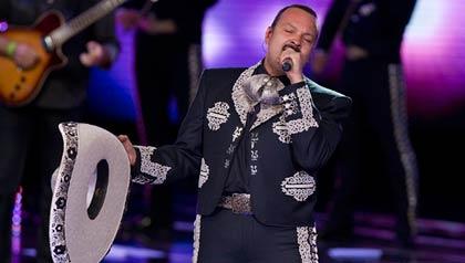 Pepe Aguilar cantante mexicano nominado a los Latin Grammys 2011. El cantante interpreta en directo durante la Teletón 2010 en el Auditorio Nacional el 4 de diciembre de 2010 en la Ciudad de México, México.