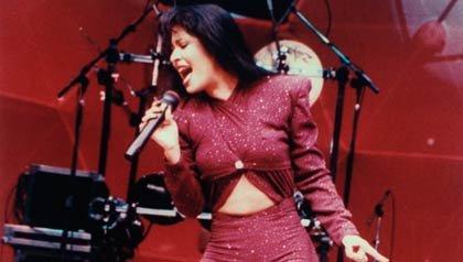 Cantante mexico-americana Selena Quintanilla Pérez en concierto