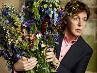 Sir Paul McCartney sostiene las flores de San Valentín