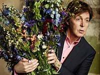 Sir Paul McCartney sostiene las flores de San Valentín