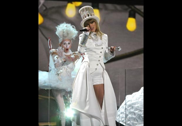 Taylor Swift performs on stage, Grammy Awards 2013