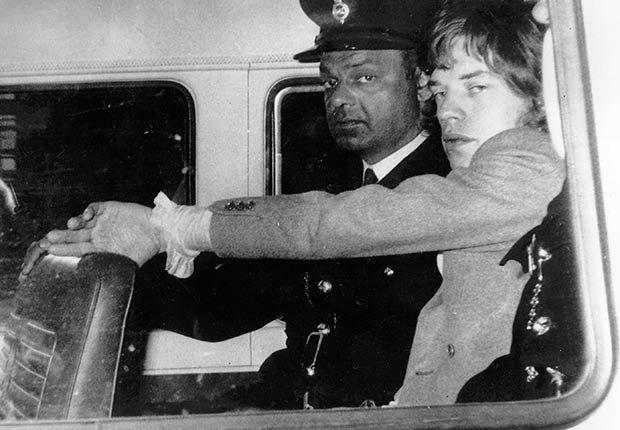 Rolling Stones - Mick Jagger, cantante del grupo de pop británico The Rolling Stones es llevado a prisión en 1967 para comenzar una sentencia de tres meses por los delitos de drogas.