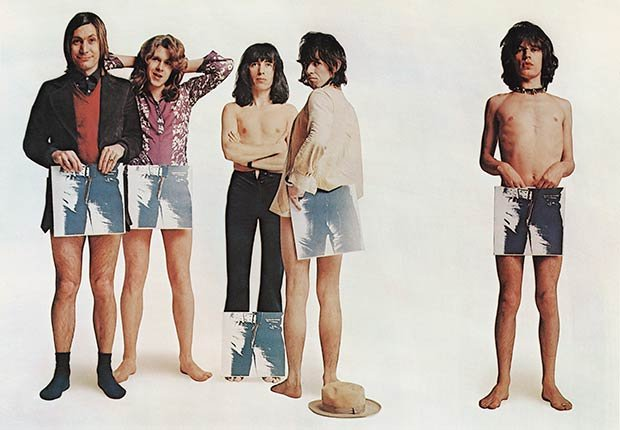 Rolling Stones - Grupo inglés de rock The Rolling Stones plantean, sosteniendo estratégicamente copias de su nuevo disco 'Sticky Fingers', en un retrato de grupo humorístico para promover su lanzamiento, el 23 de abril de 1971.