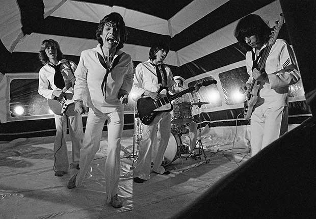 Rolling Stones - The Rolling Stones durante la producción de su video musical de 'It's Only Rock 'n Roll (But I Like It)' en junio de 1974 en Londres, Inglaterra.