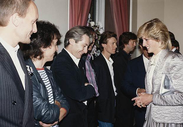 Rolling Stones - Princesa Diana comparte una broma con el baterista Charlie Watts después de un concierto de rock en el Albert Hall, Londres, septiembre de 1983.