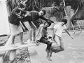Los Beatles jugando en una piscina - Aniversario de la llegada de Los Beatles a Estados Unidos - 1964