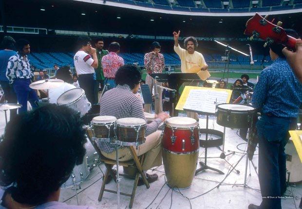 Johnny Pacheco en ensayo de un concierto - Johnny Pacheco, El Rey de la Salsa