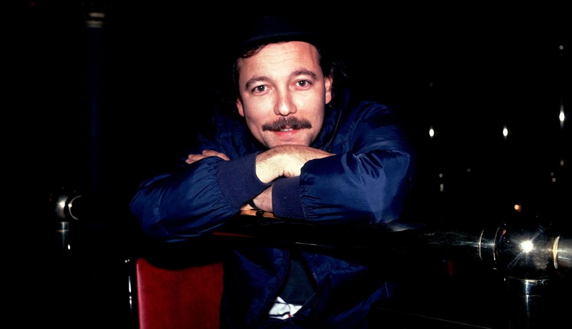 Retrato del músico panameño Ruben Blades apoyado en una baranda, Chicago, Illinois, 2 de noviembre de 1985.