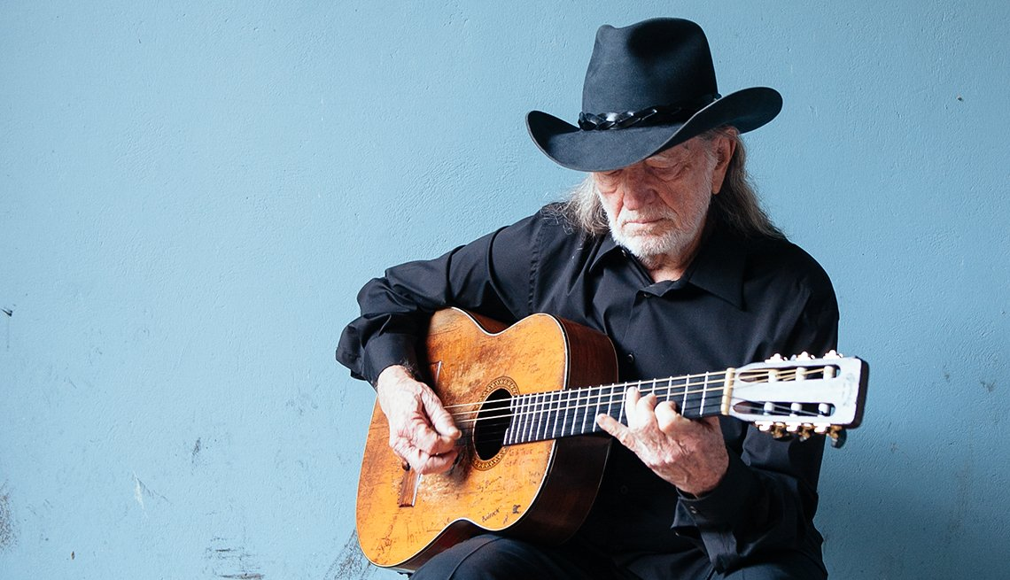 Willie Nelson playing the guitar / Willie Nelson tocando la guitarra