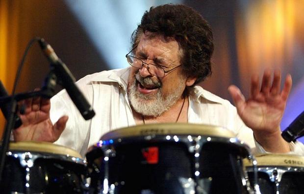 Ray Barretto tocando las congas