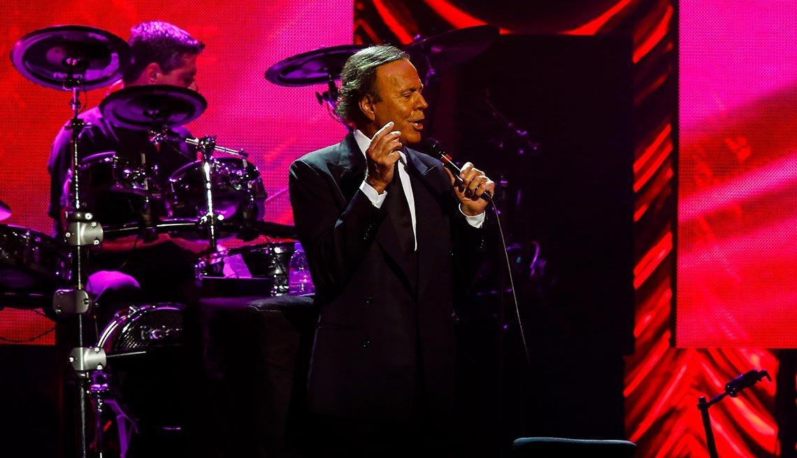 Julio Iglesias - Canciones clásicas del pop latino y sus intérpretes