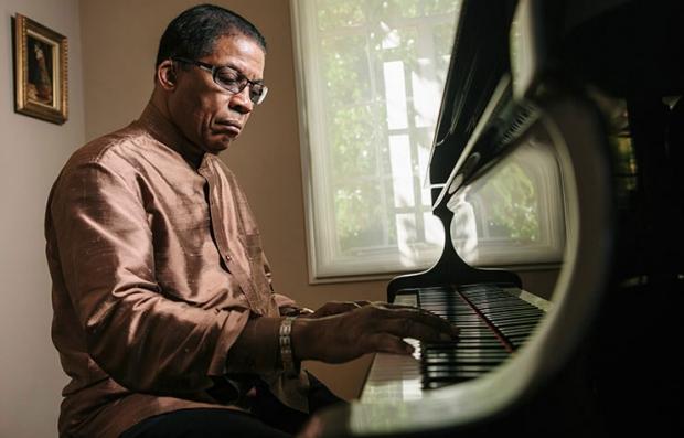 Pianista Herbie Hancock sentado frente al piano - Sus memorias, Posibilidades