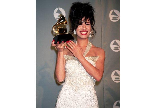 Selena recibiendo un premio Grammy - Su carrera en imágenes