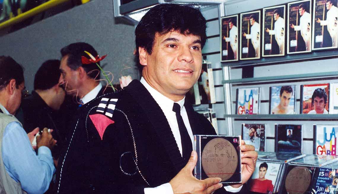 item 6 of Gallery image - Juan Gabriel en 1989 - Carrera del cantautor mexicano