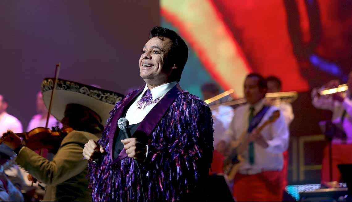 item 1 of Gallery image - Juan Gabriel cantando en el 2015 - Carrera del cantautor mexicano