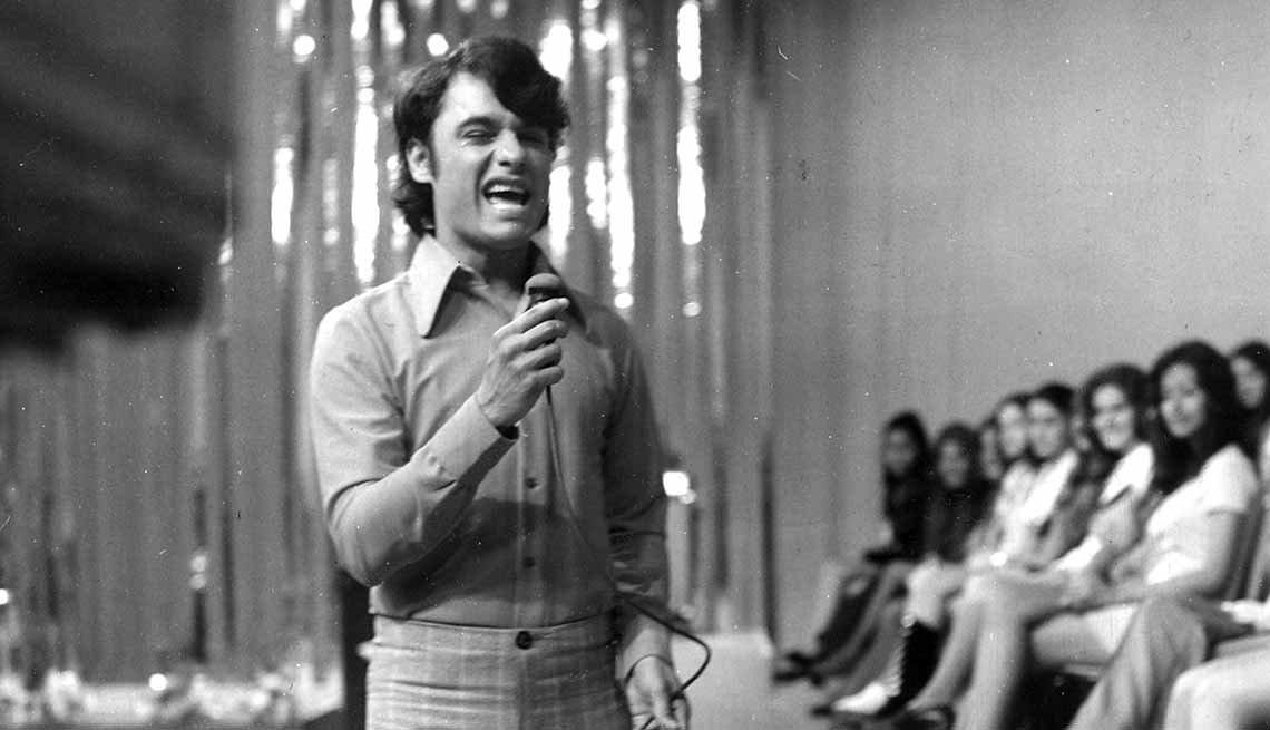 Juan Gabriel cantando en 1972 - Carrera del cantautor mexicano