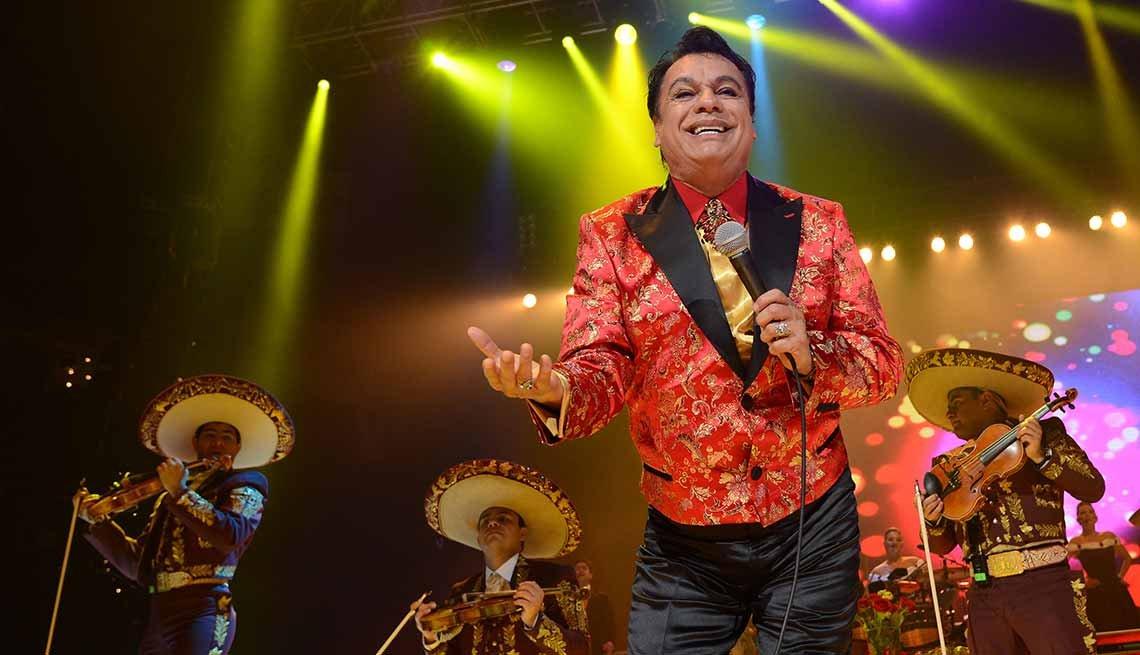 Juan Gabriel cantando en el 2014 - Carrera del cantautor mexicano - Herencia hispana