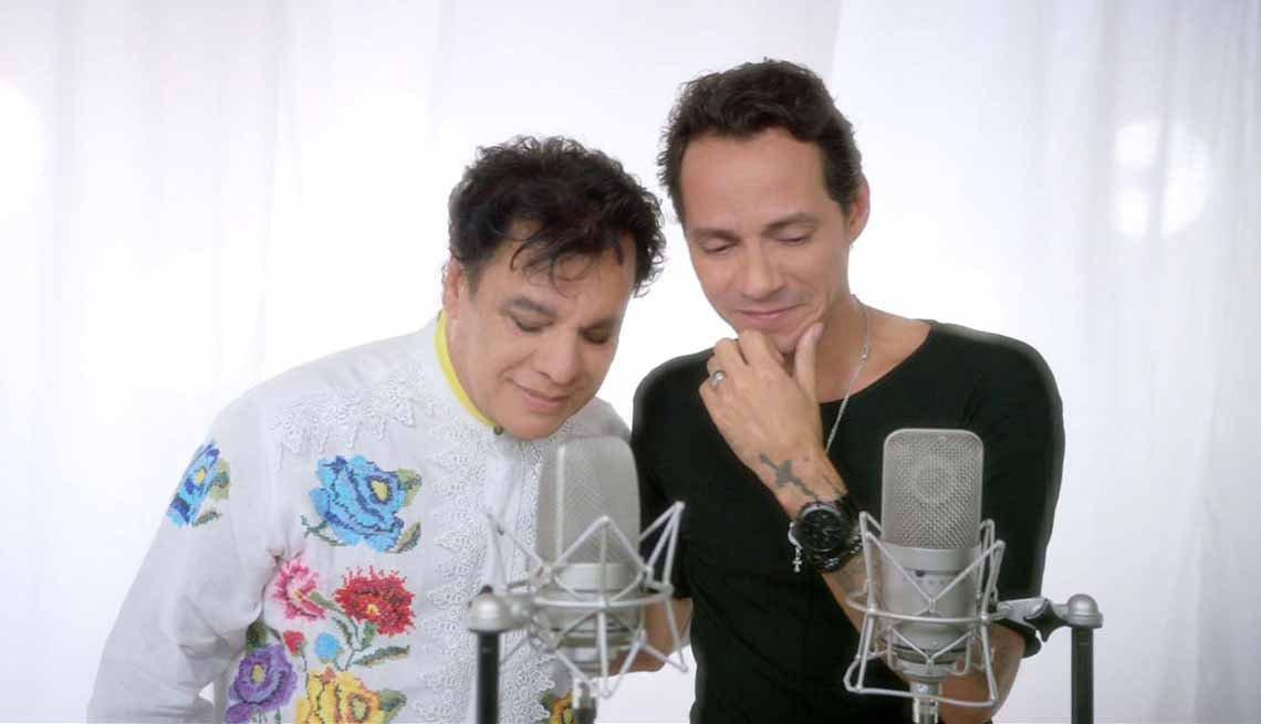 Juan Gabriel grabando en estudio - Carrera del cantautor mexicano