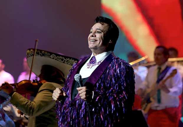 Juan Gabriel cantando en el 2015 - Carrera del cantautor mexicano
