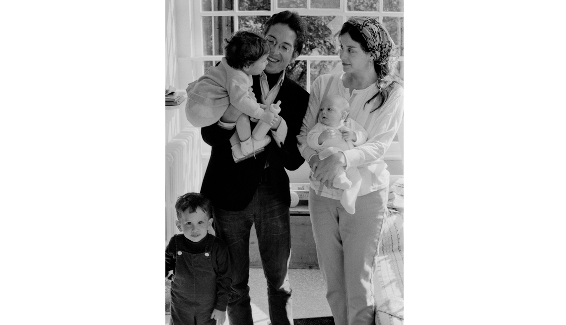 Bob Dylan con su familia Bob, Sara, Jesse, Anna, y Sam Dylan en su casa, Byrdcliff, Woodstock, NY, 1968.