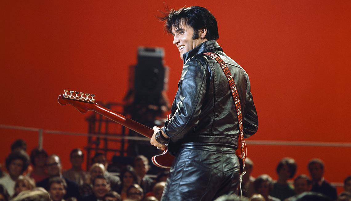 Elvis Presley con guitarra y chaqueta de cuero negra