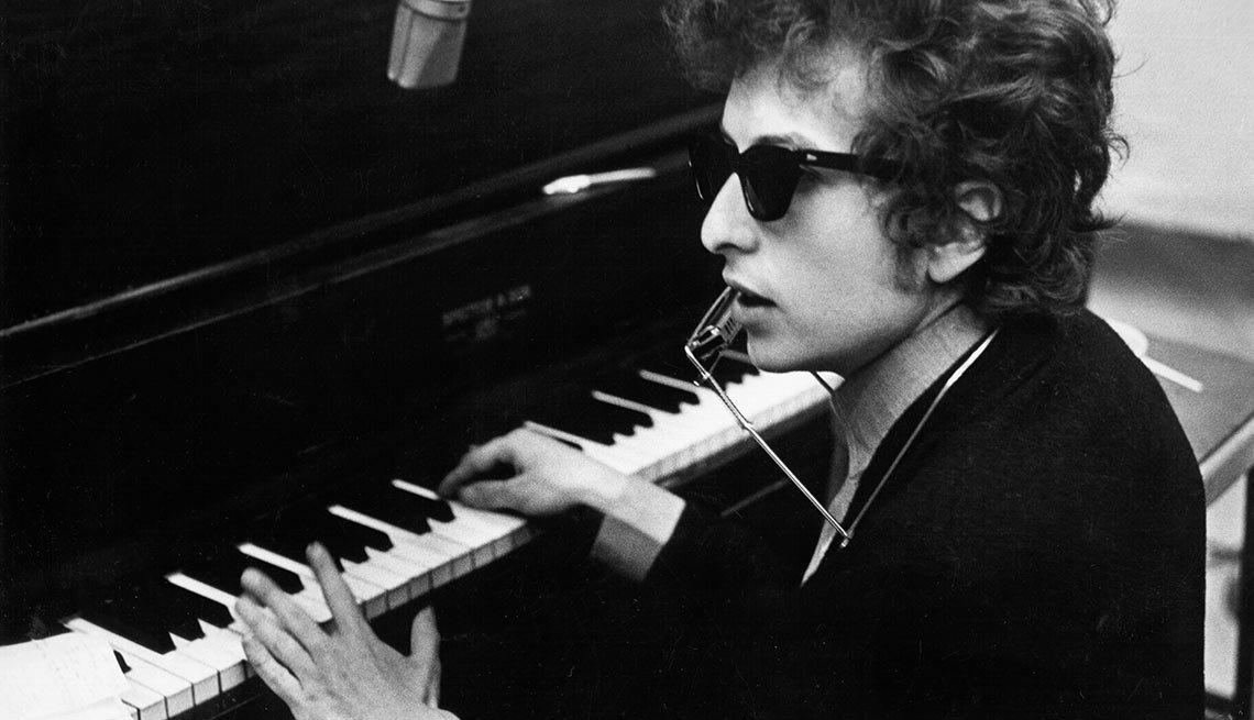Bob Dylan tocando el piano en 1970