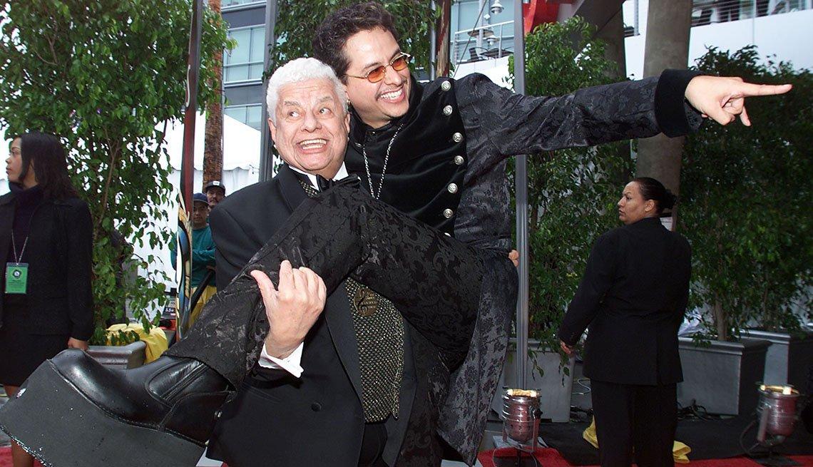 Tito Puente cargando a su hijo Tito Puente Jr.