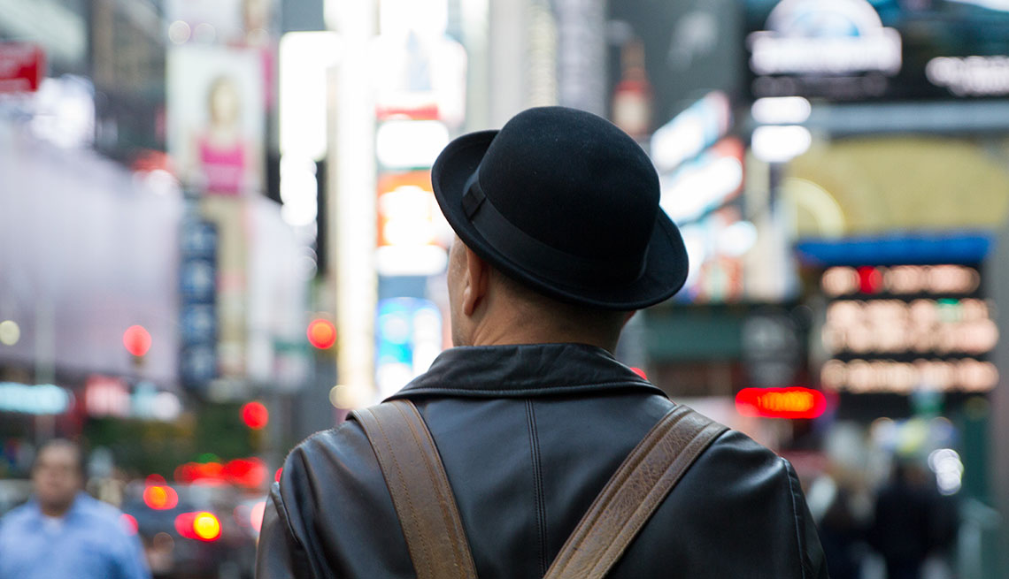 Rubén Blades caminando por Nueva York
