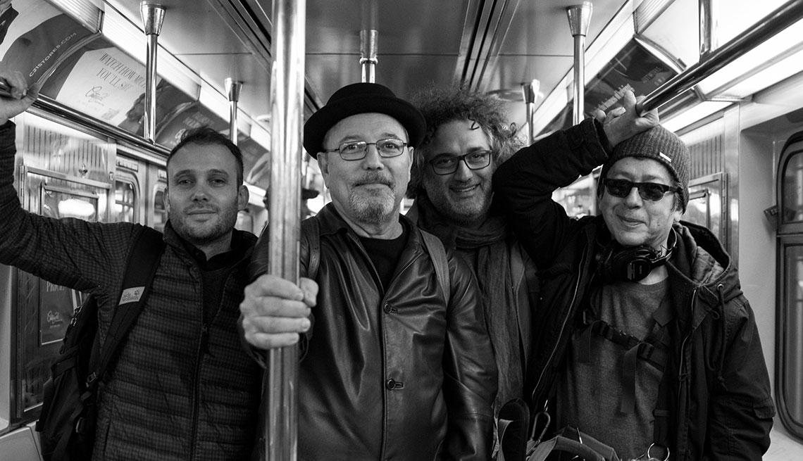 Rubén Blades en el metro de Nueva York con el equipo del documental Yo no me llamo Rubén Blades