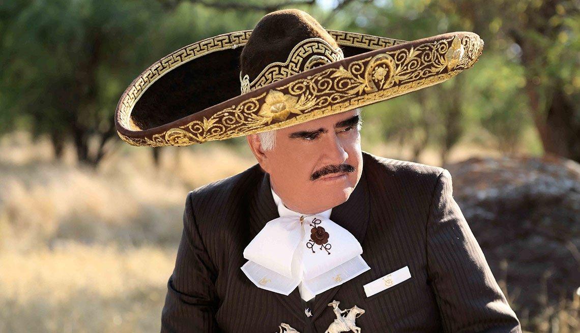 Vicente Fernández en traje de charro mexicano