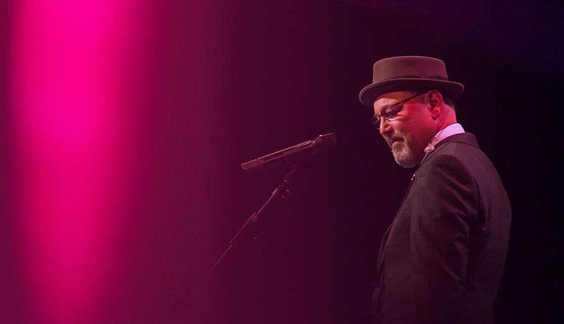 Rubén Blades en un escenario