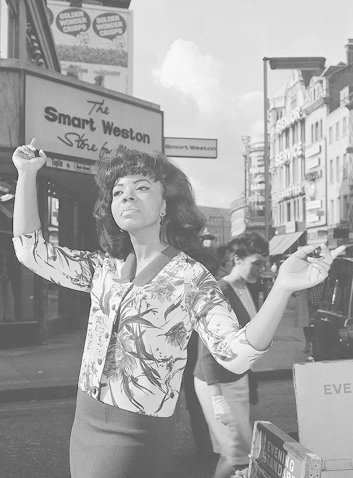 Mary Wells en una calle de Londres. Julio 8 de 1964