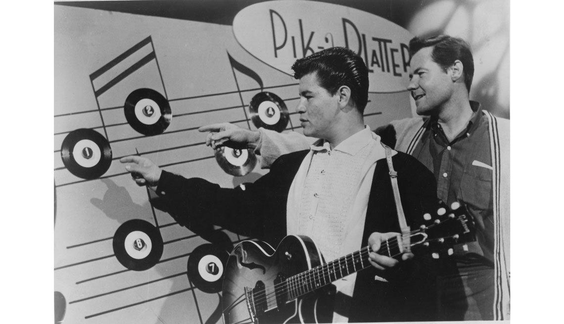item 3, Gallery image. Ritchie Valens junto a Bob Keane, presidente de Del-Fi Records, 1958.