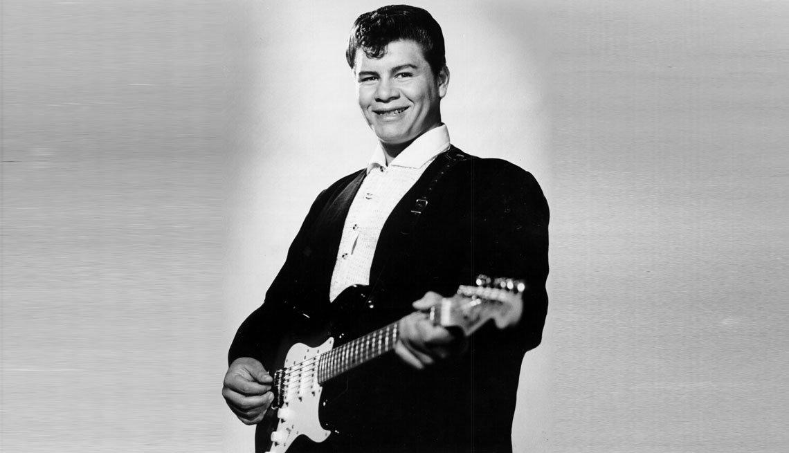 item 5, Gallery image. Ritchie Valens con la guitarra posando para la portada de un álbum, 1958.