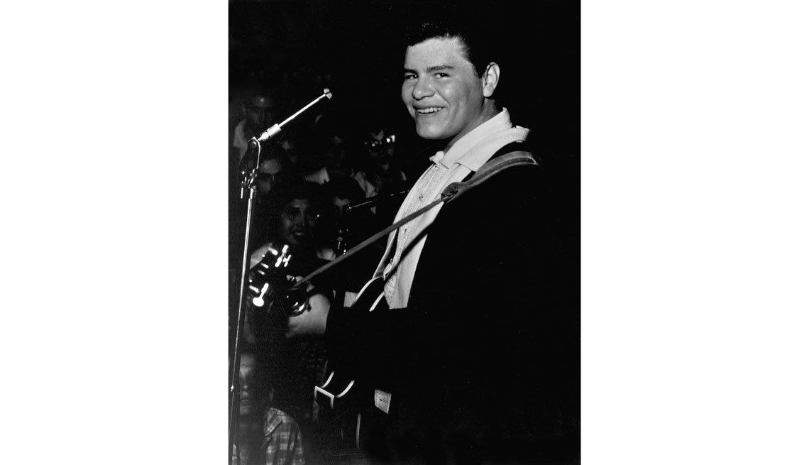 item 6, Gallery image. Ritchie Valens con la guitarra en un escenario.