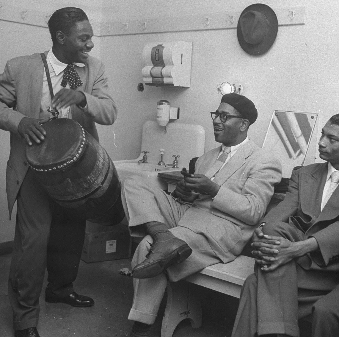 El percusionista Chano Pozo, izq., y Dizzy Gillespie, centro.