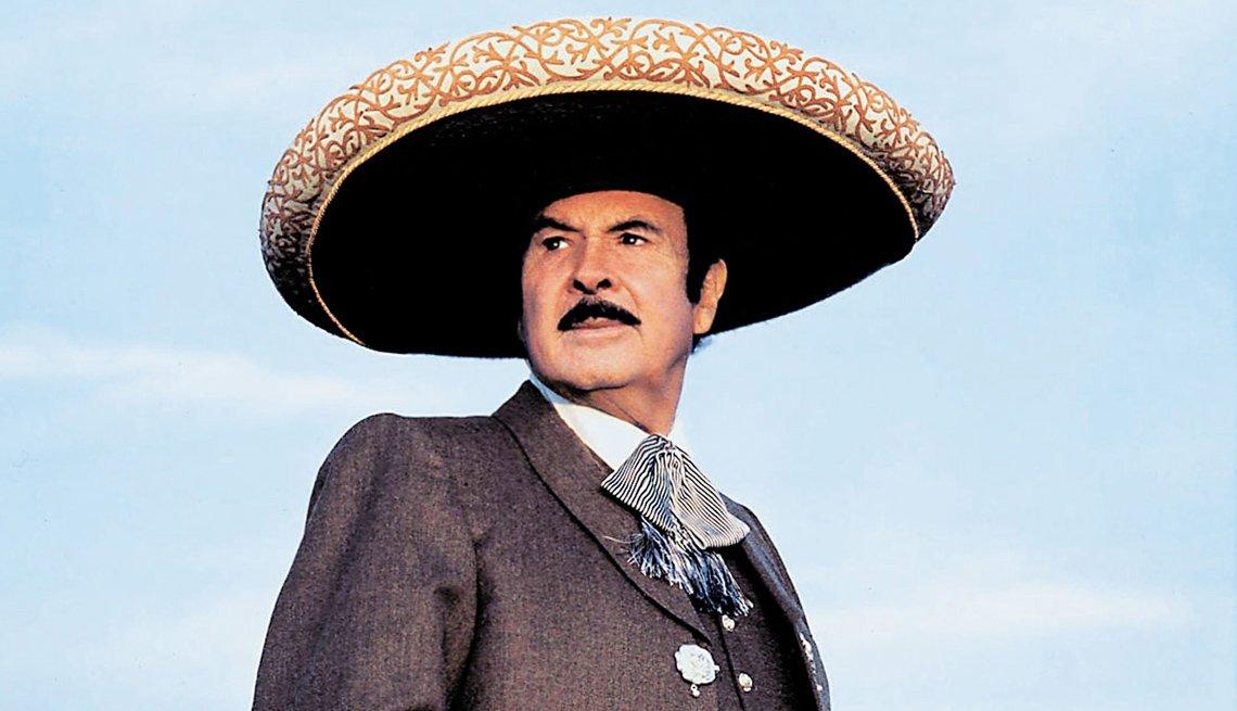 Antonio Aguilar vestido de charro mexicano