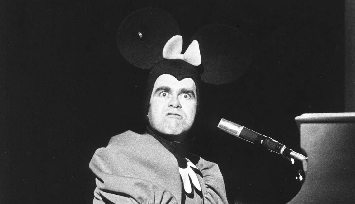 item 3 of Gallery image - Elton John con un sombrero de orejas de ratón