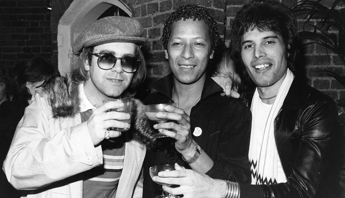 item 7 of Gallery image - Elton John en el teatro con las estrellas Peter Straker y Freddie Mercury, octubre 31, 1977.