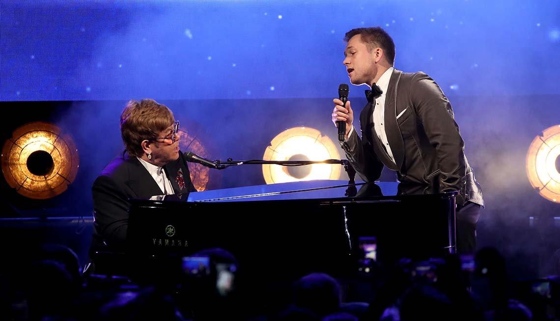 Sir Elton John y Taron Egerton en la fiesta de gala